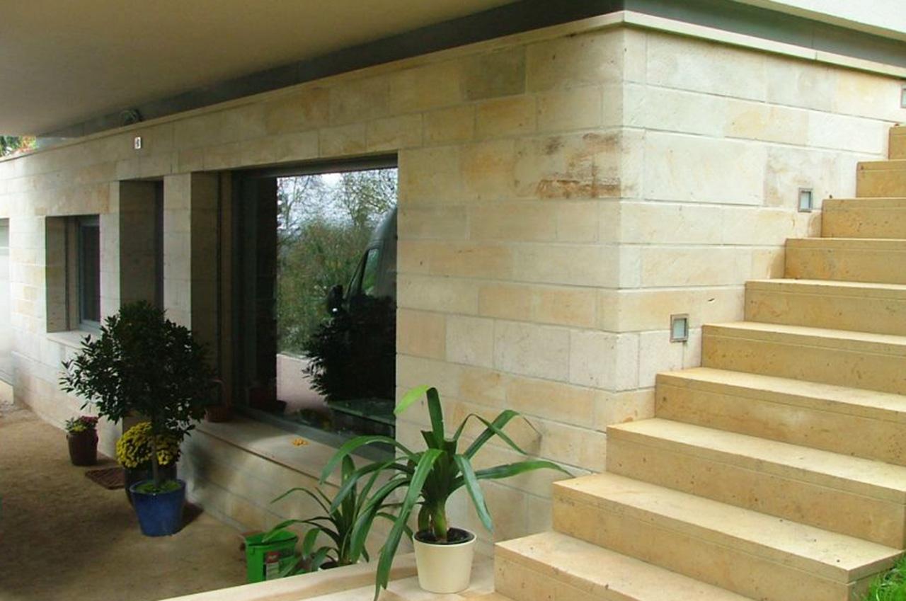 Sandsteinmauer mit Treppe