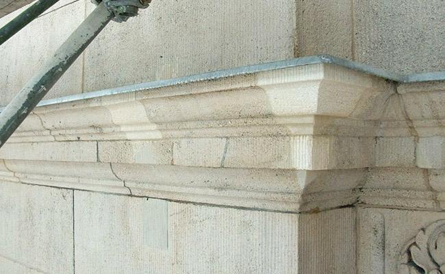 Vierungen im Kranzgesims aus Kalkstein