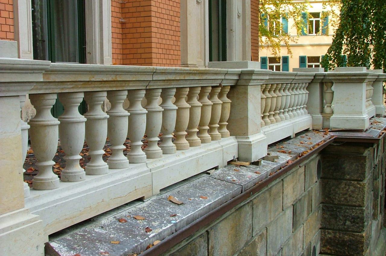 Balkonbrüstung-aus-Sandstein-1